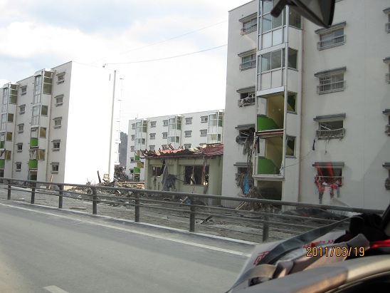 釜石市鵜住居の雇用促進住宅  3階まで津波が押し寄せている
