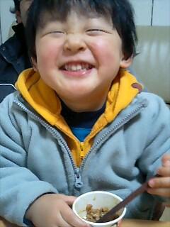 ウチの息子が納豆食べてます。