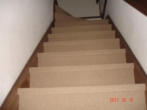 シンコール スペイシーカーペットvol.11のミールMR-4142ベージュ階段下から