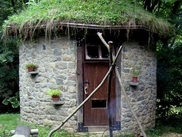 丸い小屋の石積みの表情