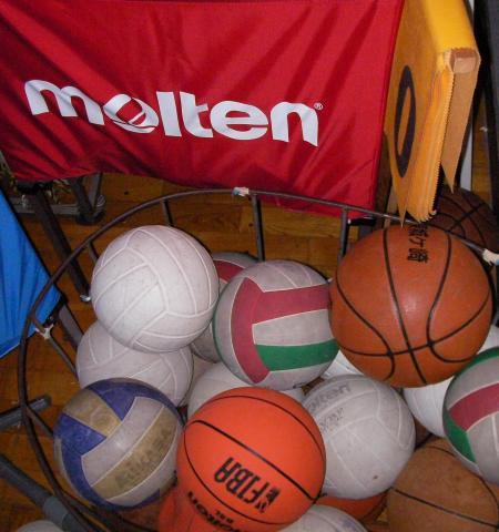 中学校の多くのカラフルなボール
