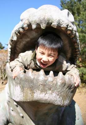 恐竜の口の中で叫ぶ子供