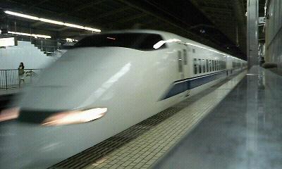 新横浜駅に到着する新幹線