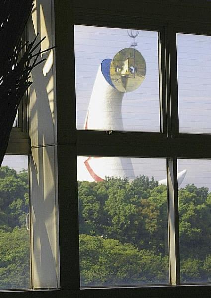 太陽の塔が室内をのぞいている写真