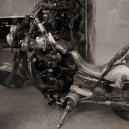 木製の大型バイクのオブジェ