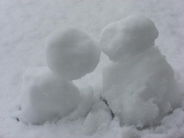 snow_persons_kiss.jpg